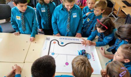 Момичета програмират робот Моливко